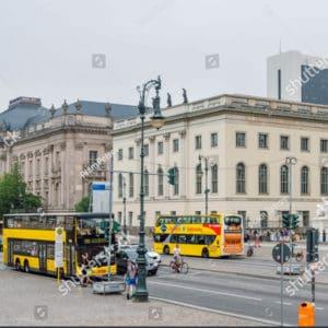 Gelbe Sightseeing Busse am Straßenrand, welche von Luisa's Place aus gebucht werden können