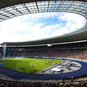 Foto von mit Menschen gefülltem Olympiastadion in Berlin