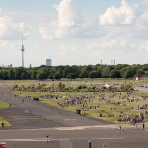 300 Hektar Grünfläche des Tempelhofer Felds unweit von Louisa's Place Hotel am Kudamm Berlin