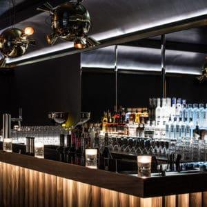Stilvolle Vesper Bar mit Flaschen und Martinigläsern im Louisa's Place Hotel am Kudamm