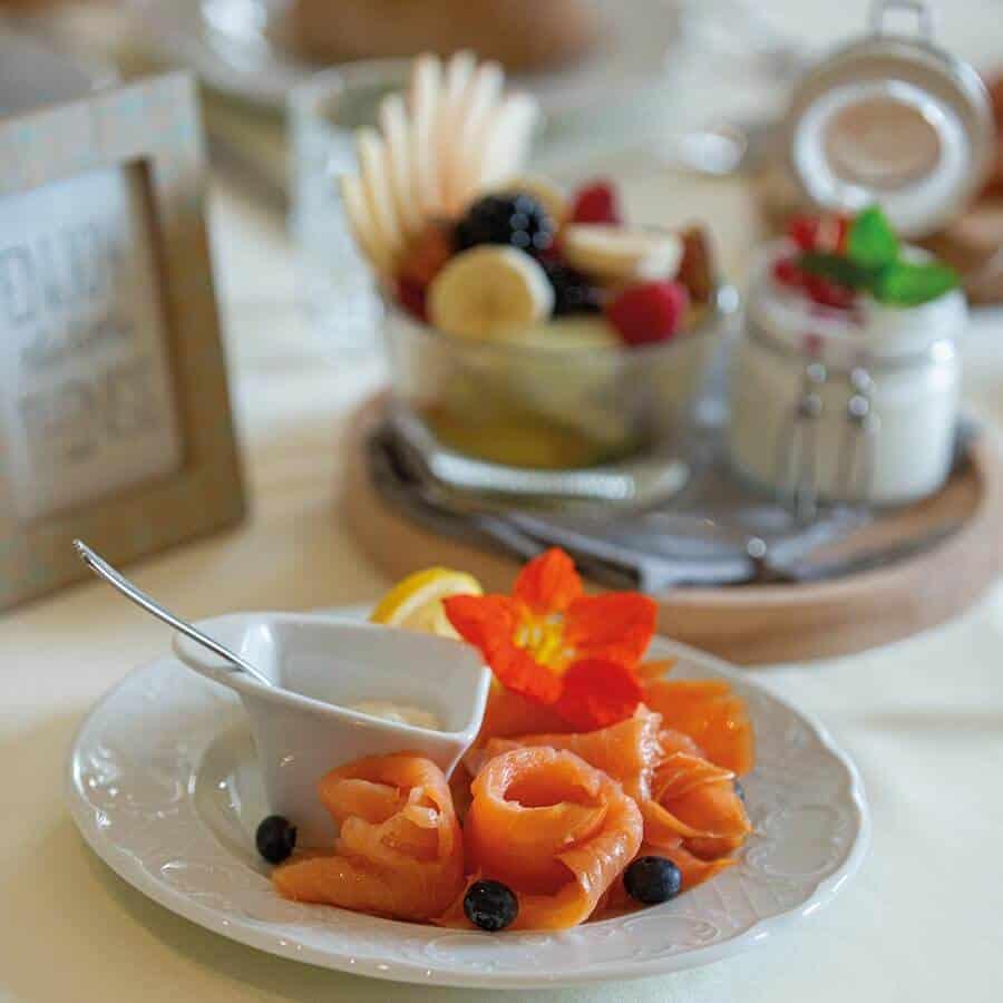 Auszug der Frühstücksauswahl im Louisa's Place am Kudamm, Lachsrosetten und Obstsalat mit Joghurt