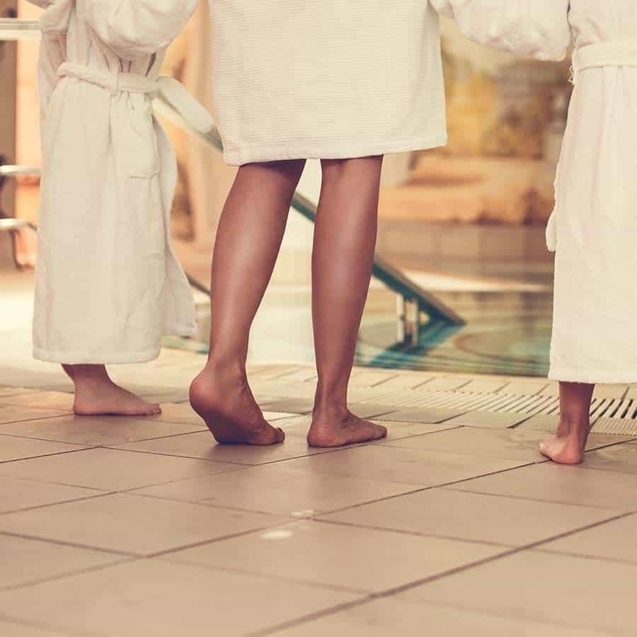 Familie in Bademänteln macht sich bereit zum Schwimmen im Pool des Louisa's Place Hotel in Berlin