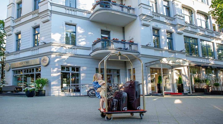 Außenansicht der historischen Stadtvilla am Kudamm mit Mädchen und Kofferwagen davor