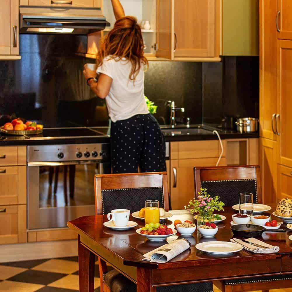 Vollausgestattete Küche mit gedecktem Frühstückstisch im großzügigen Familienzimmer des Louisa's Place Hotels