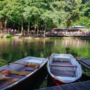 Hölzerne Paddelboote auf dem Wasser im Cafe am Neuen See im Tiergarten Park unweit von Louisa's Place