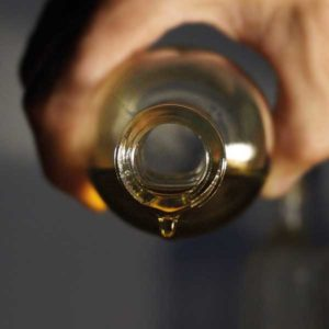 Pflanzenbasiertes ätherisches Öl, welches bei Louisa's Rituals verwendet wird läuft aus Glasflasche