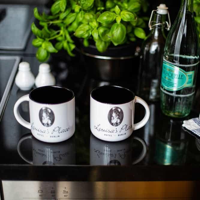 Louisa's Place Kaffeetassen und Basilikum auf der Arbeitsfläche der Küche des Superior Zimmers in Louisa's Place Hotel