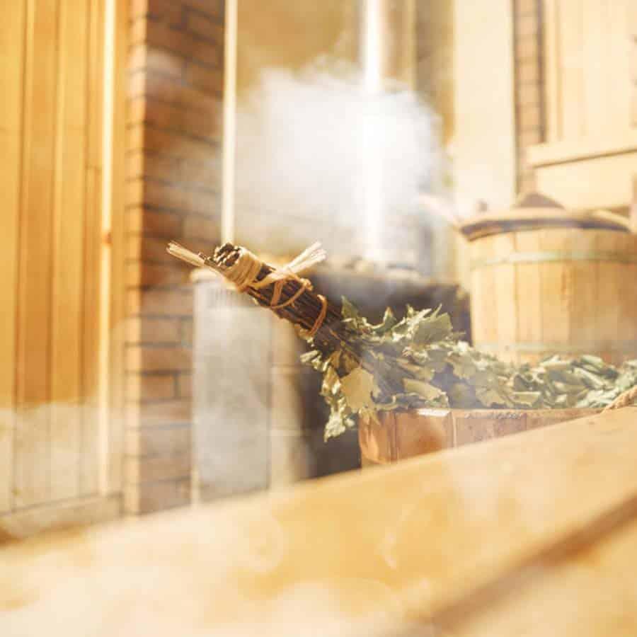 Detailaufnahme der Sauna im Louisa's Place mit Wenik und aufsteigendem Dampf