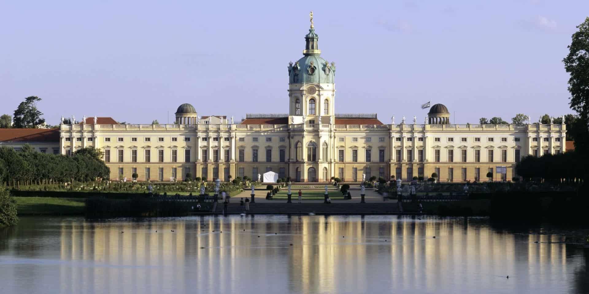 Von Sonne angestrahltes Schloss Charlottenburg mit See in der Nähe von Louisa's Place Hotel am Kudamm
