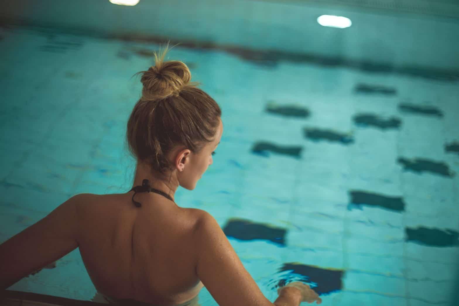 Junge Frau um Schwimmbad
